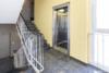 Kernsanierte Wohnung mit hochwertiger Ausstattung - Der Treppenflur mit Aufzug