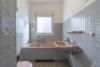 RESERVIERT: Sanierungsbedürftige, bezugsfreie 3-Zimmerwohnung mit Südwest-Balkon - Das Badezimmer