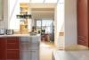 Helle Dachgeschosswohnung mit offenem Wohnbereich und zwei Terrassen - Küchenblick zum Wohnbereich