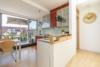 Helle Dachgeschosswohnung mit offenem Wohnbereich und zwei Terrassen - Die offene Küche mit Tresen