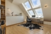 Helle Dachgeschosswohnung mit offenem Wohnbereich und zwei Terrassen - Das Studio mit Gästebett