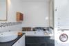 Helle Dachgeschosswohnung mit offenem Wohnbereich und zwei Terrassen - Das Wannenbad