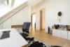 Helle Dachgeschosswohnung mit offenem Wohnbereich und zwei Terrassen - Das Studio mit Blick ins Bad